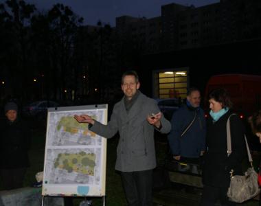 """Henning Seidler von """"evergreen landschaftsarchitektur"""" erläutert den aktuellen Stand der Planungen (Quelle: Quartiersmanagement Nördliche Johannstadt)"""