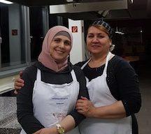 Verantwortliche Mitarbeiterinnen von ZAFRAN Catering: Aminat (links) und Roza (rechts). Foto: Clara van Verschuer