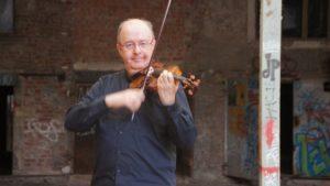 Ralph-Carsten Brömsel beim Spiel in der ehemaligen Schokofabrik. Foto: Philine Schlick