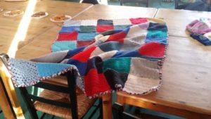 """Viele Hände schaffen mit vielen kleinen Griffen warme Decken im Kursprojekt """"Stricken Interkulturell"""". Foto: Annelie Gunkel"""