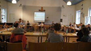 Blick in die Runde bei der 8. Stadtteilbeiratssitzung am 15. Juli an der Fiedlerstraße. Foto: Philine Schlick