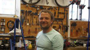 """Jan Fiedler in seiner Werkstatt: """"Ich möchte einfach meine Arbeit machen."""" Foto: Philine Schlick"""