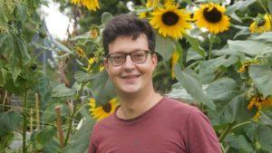 Sebastian Erdbeer ist Arzt am Josef-Stift. In seiner freien Zeit kümmert er sich um den Gemeindegarten. Foto: Philine Schlick