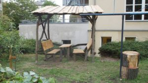 Sitzbank und Tor wurden von Jugendlichen gestaltet. Foto: Philine Schlick
