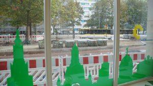 Blick durch die Scheibe des Wahlkreisbüros auf die Baustelle Bönischplatz. Foto: Philine Schlick