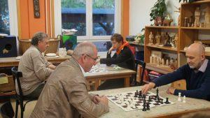 Unterschiedliche Generationen spielen gegen- und lernen voneinander. Foto: Philine Schlick