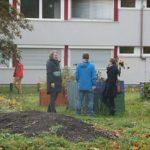 Plaudern im Bönischgarten. Foto: Philine Schlick