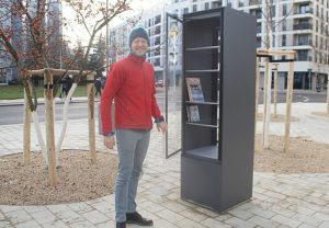 Daniel Becker weihte am Sonnabend den Büchertauschschrank am neuen Bönischplatz ein. Foto: Philine Schlick