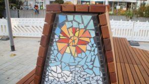Die Mosaike an den Sitzbänken wurden in Workshops des Johannstädter Kulturtreffs gestaltet. Foto: Philine Schlick