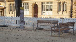 Sitzbänke und Stele zur Geschichte der Johannstadt am Bönischplatz. Foto: Philine Schlick