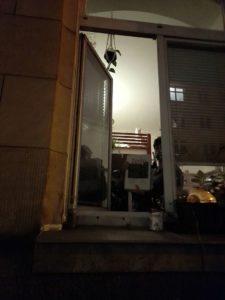 Maskierter Empfang am Fenster. Foto: Meike Weid