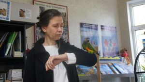 Birgit Kretzschmar im Dialog mit ihrem Papagei. Foto: Philine Schlick