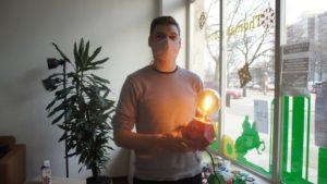 Thomas Peterberns stellt Lampen aus recyceltem Plastik her. Foto: Philine Schlick