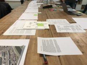 Blick in den Schaffensprozess: Die Zeile ausgebreitet auf dem Tisch bei der Redaktionssitzung. Foto: Anja Hilgert